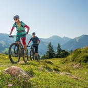 Mountainbikestrecken: Mountainbiker genießen Bike-Tour in den Kitzbüheler Alpen.  - Kitzbüheler Alpen